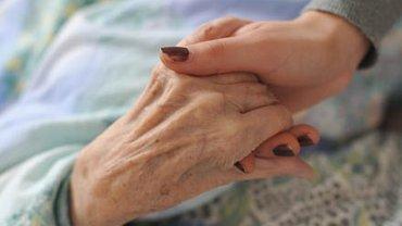 Präventive Maßnahmen wie Abstand halten ist bei pflegebedürftigen Menschen oft schwieriger umzusetzen, da sie häufig auf körpernahe Unterstützung durch wechselnde Personen angewiesen sind